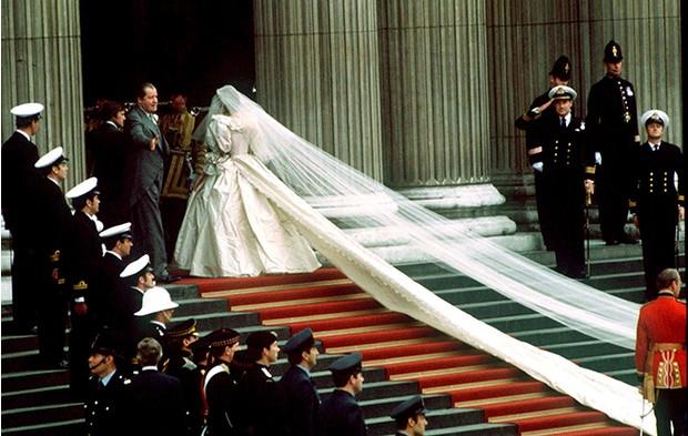 """600 часов работы и 100 метров кружева. Как шили свадебное платье принцессы Дианы для 4 сезона сериала """"Корона"""" - фото №3"""