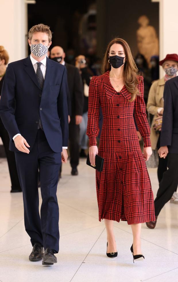 Образ дня: Кейт Миддлтон в клетчатом платье с заниженной талией (ФОТО) - фото №1