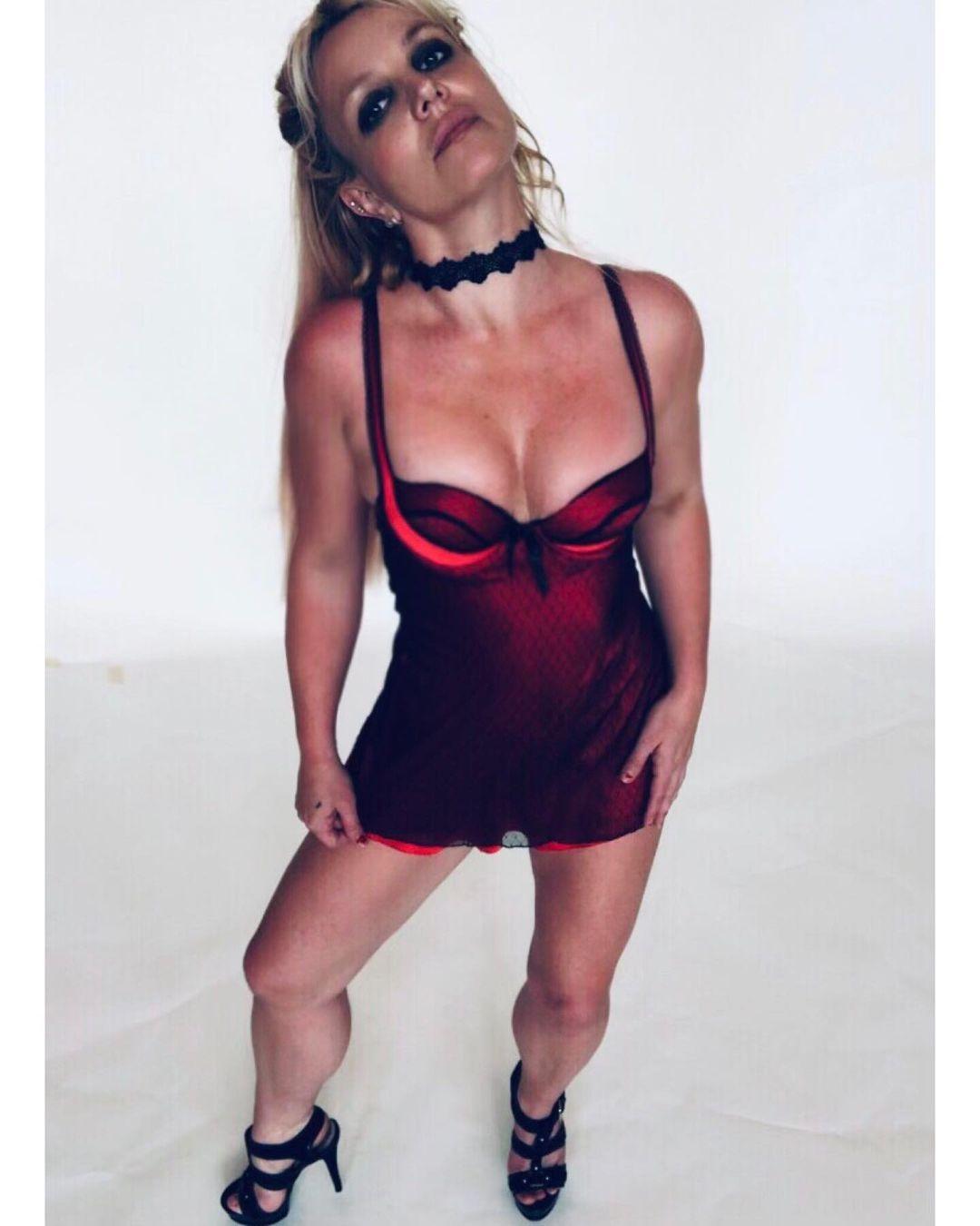 В знак протеста: Бритни Спирс оголила грудь перед камерой (ФОТО) - фото №1