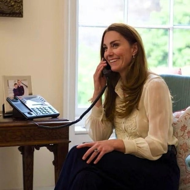 Образ дня: Кейт Миддлтон в блузе, которую она носит уже больше десяти лет (ФОТО) - фото №2