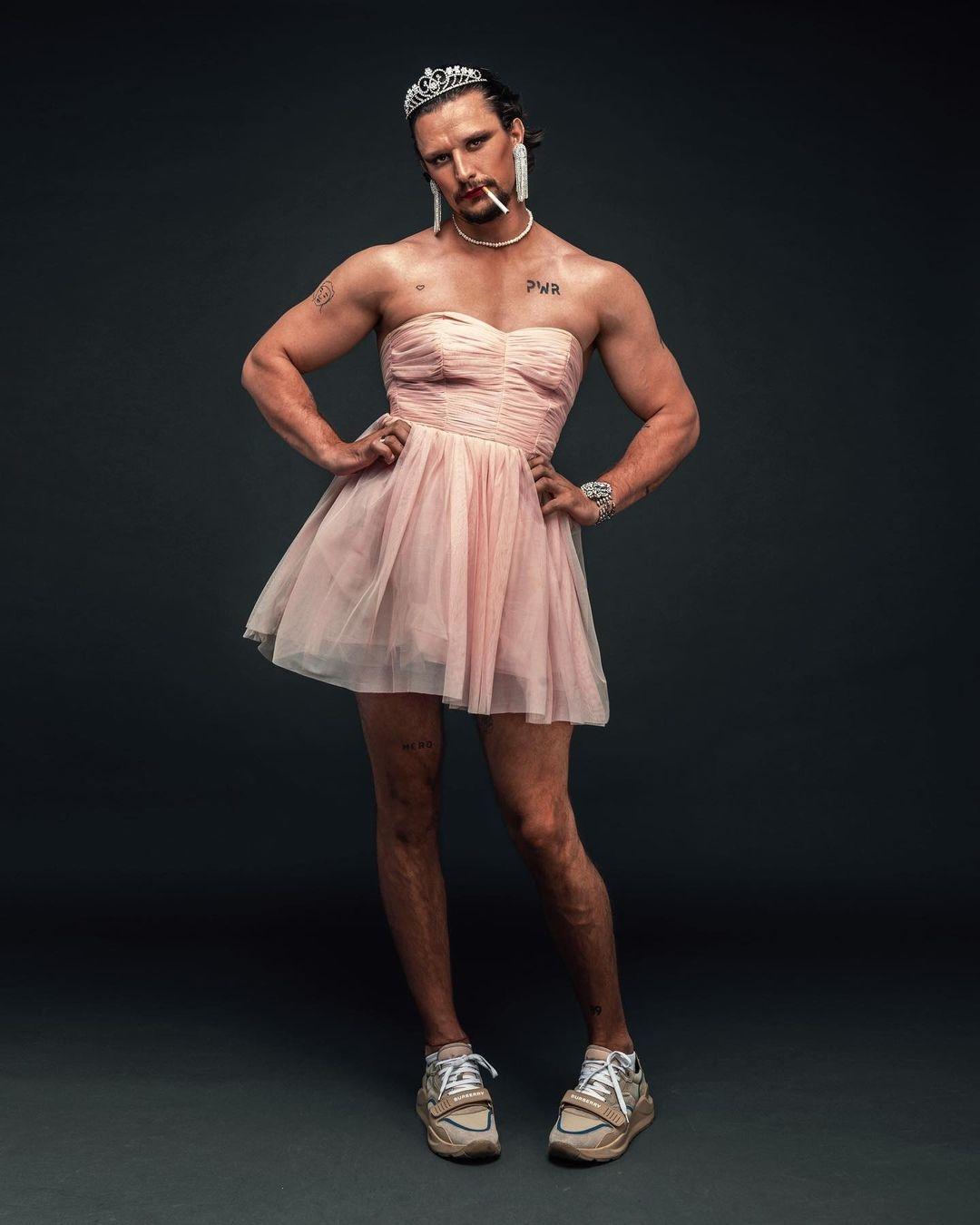 В розовом платье и макияже: Тарас Цымбалюк удивил эпатажной фотосессией (ФОТО) - фото №3