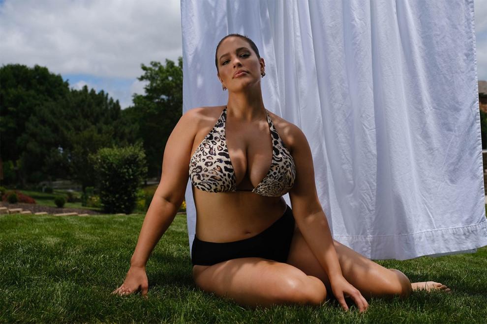 Натуральная красота: Эшли Грэм снялась в рекламе купальников, показав фигуру после родов (ФОТО) - фото №3