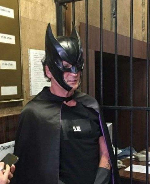 Экс-нардеп Геннадий Балашов пришел в полицию в костюме Бэтмена (ВИДЕО) - фото №1