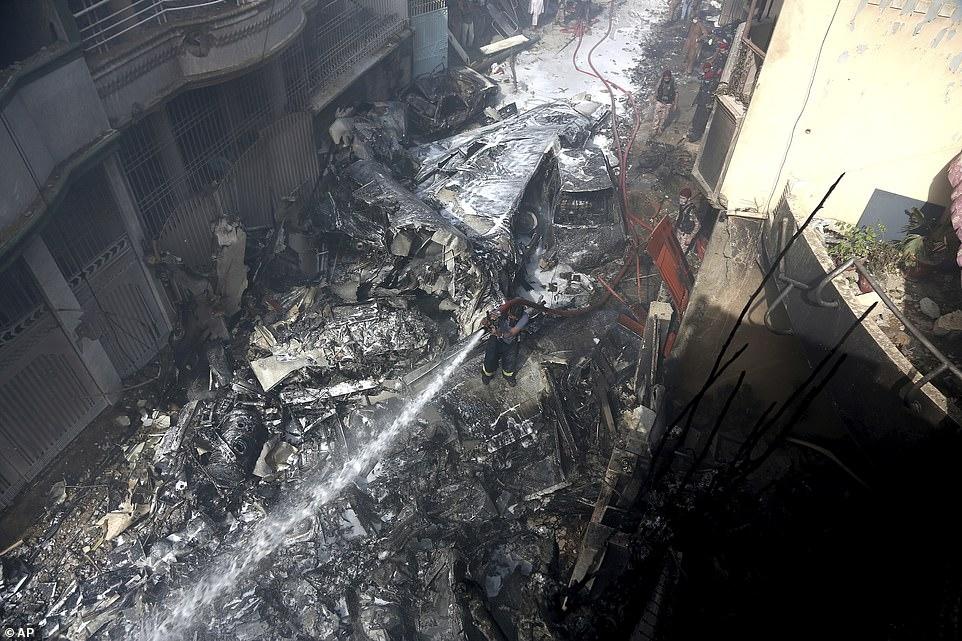 Рухнул на жилые дома: в Пакистане разбился пассажирский самолет А320 (ФОТО) - фото №1
