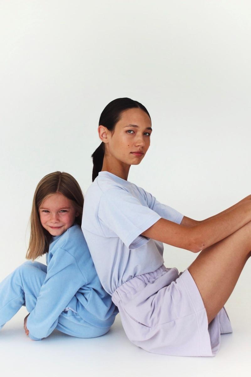 Спортивные костюмы в стиле пэчворк и футболки с предсказаниями: TATMAN представили новую линию комфортной одежды - фото №4