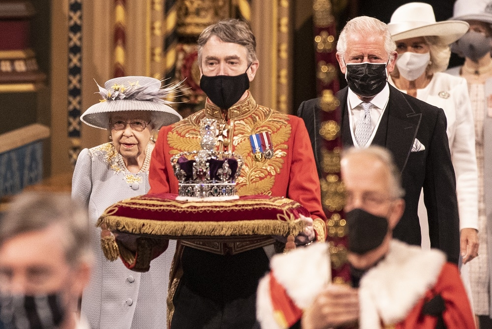 Королева Елизавета II впервые появилась на публике после похорон мужа (ФОТО) - фото №2