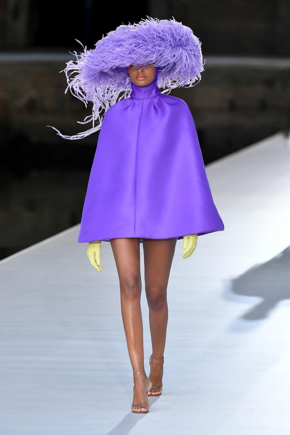 Шляпы с перьями и много цвета в новой коллекции Valentino Haute Couture (ФОТО) - фото №4