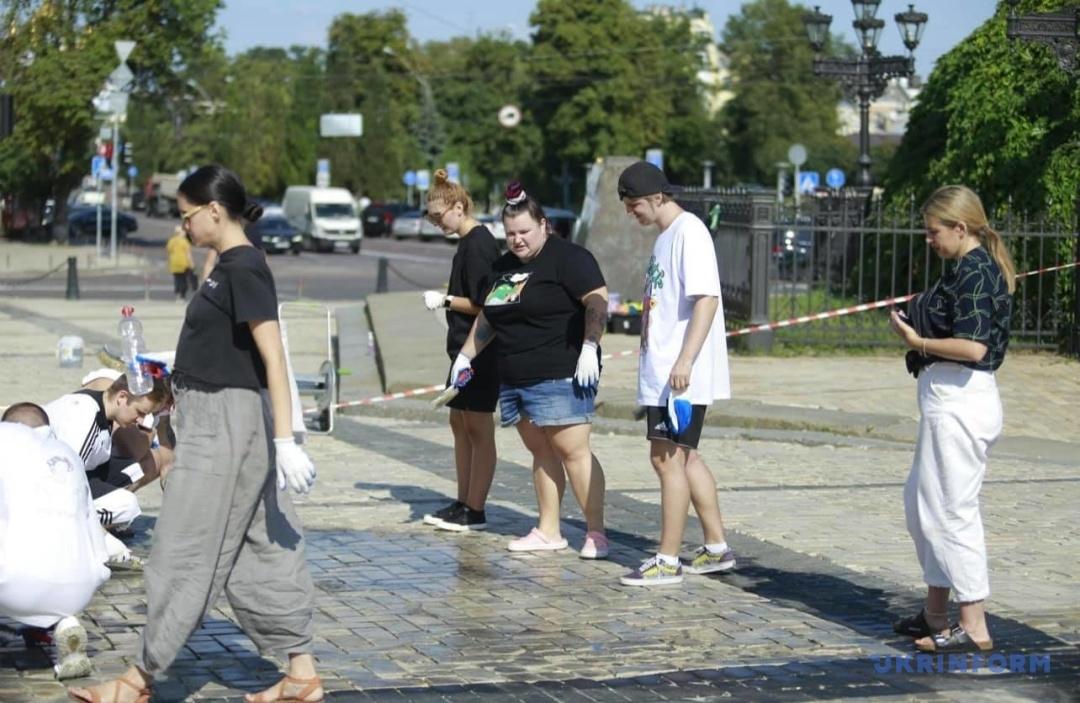 Alyona Alyona отмывает Софийскую площадь от следов скандального дрифта - фото №1