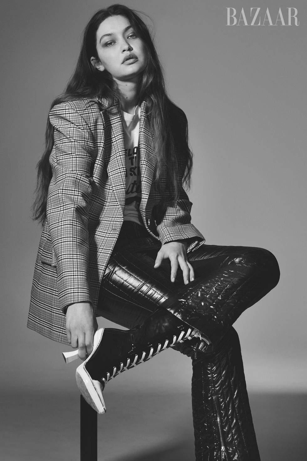Без макияжа и в мужских образах: Джиджи Хадид снялась в необычной фотосессии для глянца - фото №5