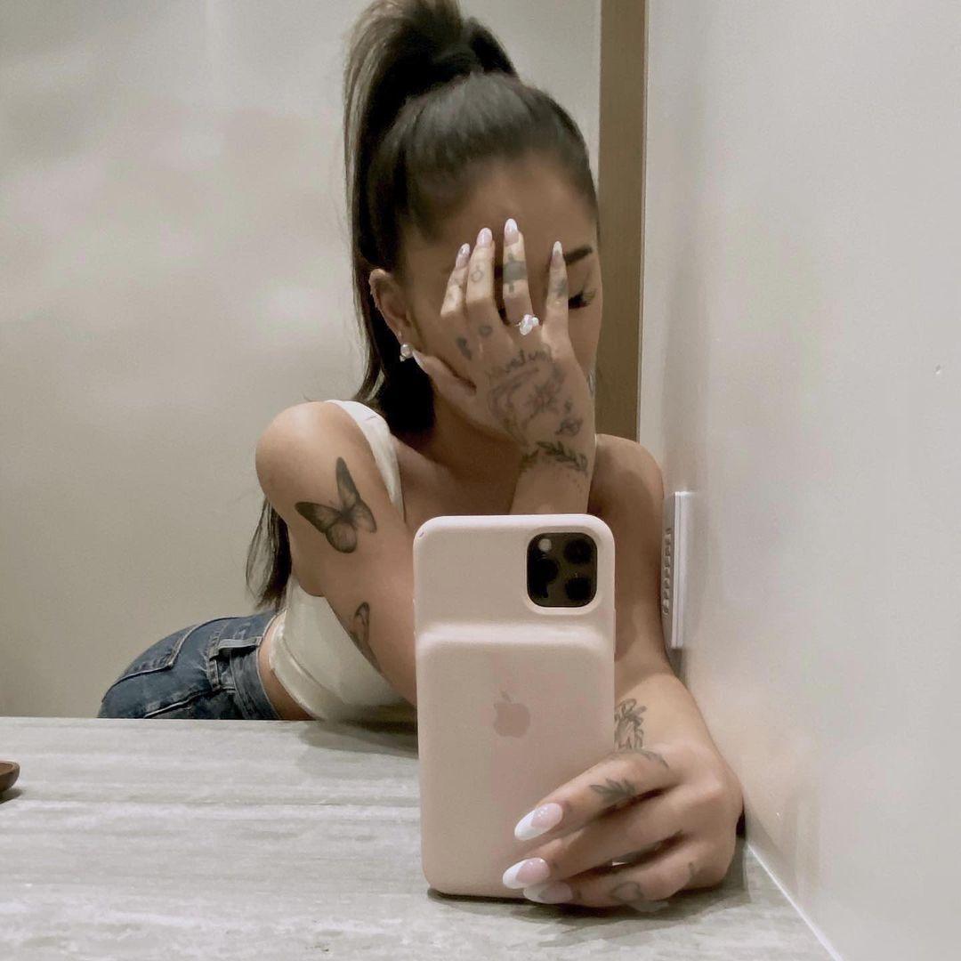 Ариана Гранде объявила о помолвке и показала необычное обручальное кольцо (ФОТО) - фото №2