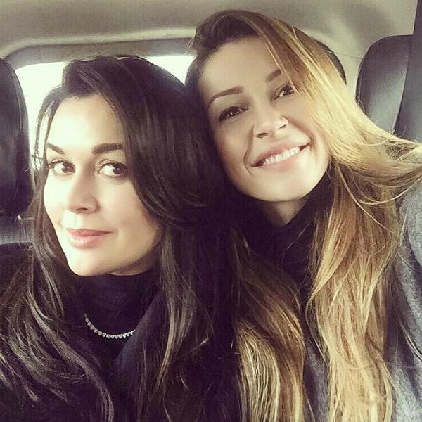 """""""Я занимаюсь с психологом"""": дочь Анастасии Заворотнюк рассказала, как переживает болезнь матери - фото №1"""