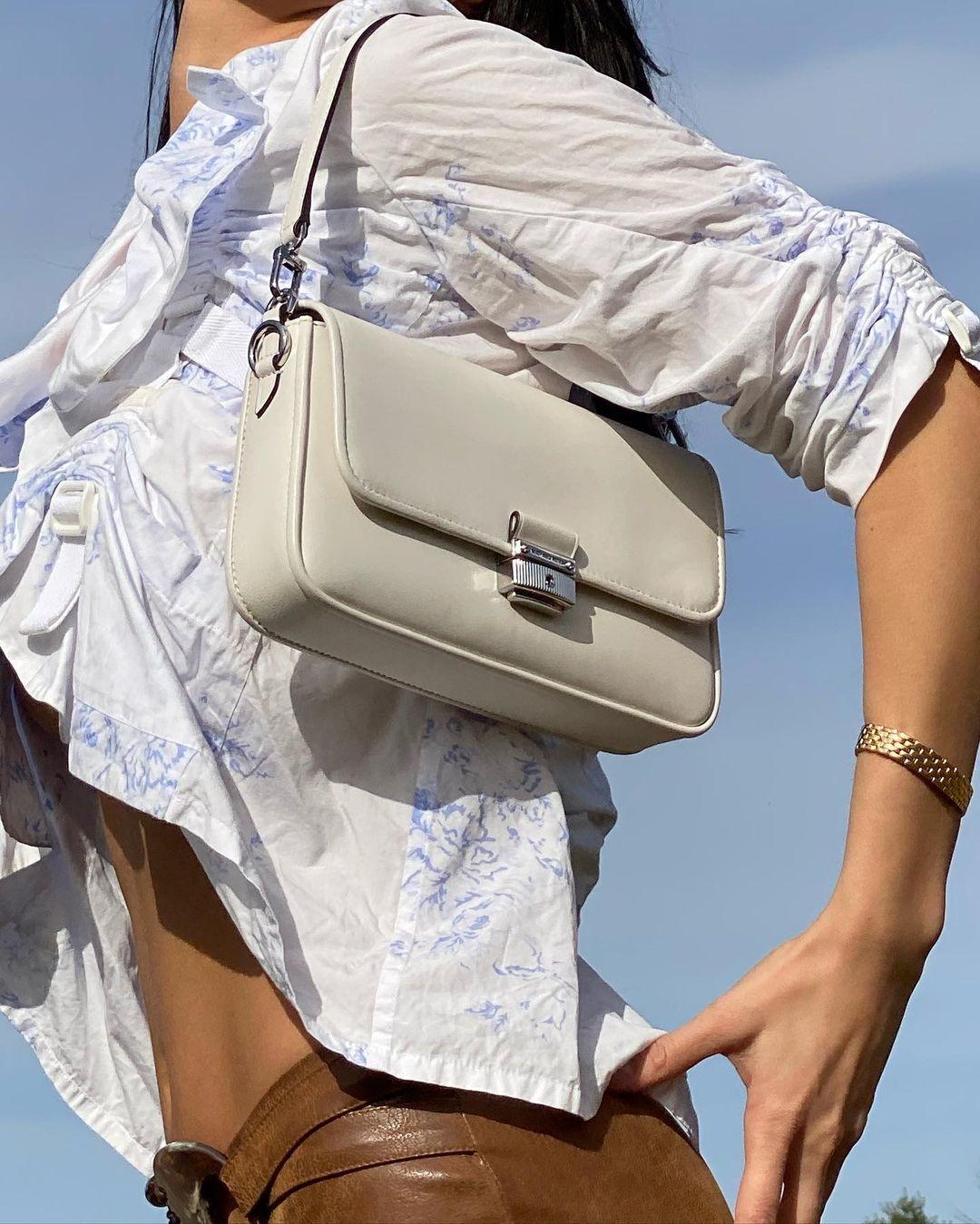 Образ дня: Белла Хадид в блузе с рюшами и кожаных брюках (ФОТО) - фото №4