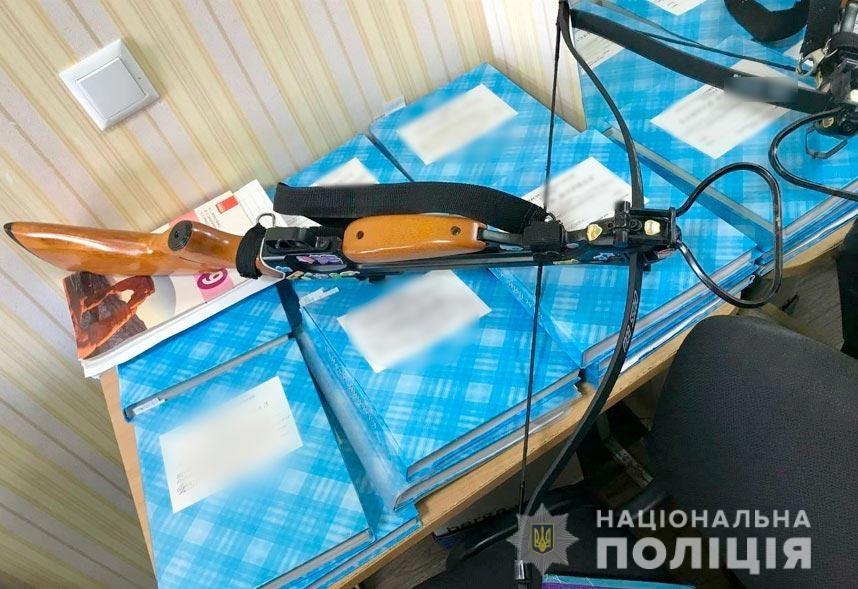 В полтавской школе 19-летняя девушка устроила стрельбу из арбалета: есть раненые - фото №2