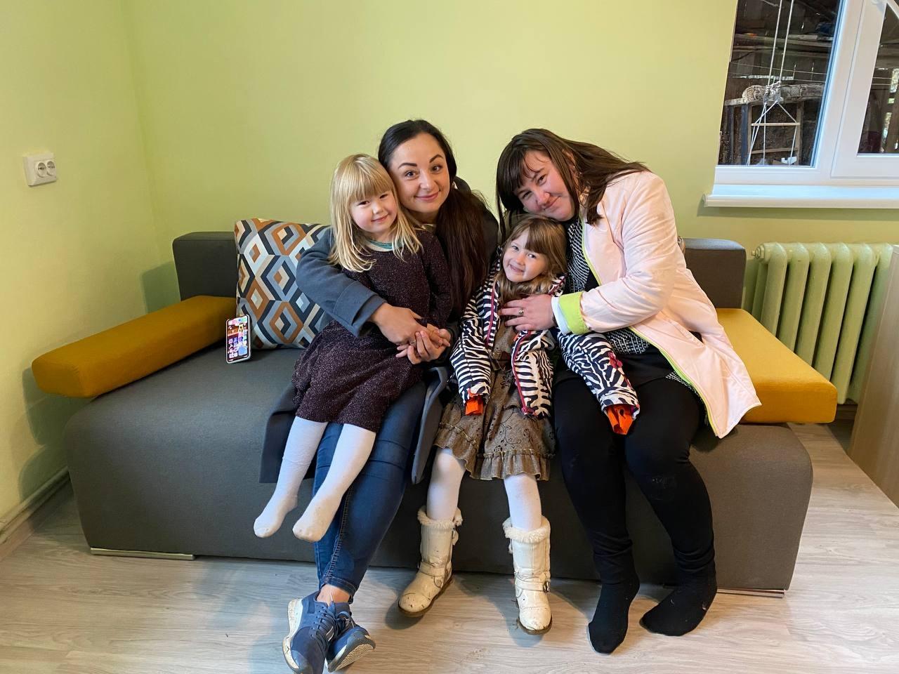 """Победительницы """"Танцев со звездами"""" Санта Димопулос и Юлия Санина помогли 6-летней девочке исполнить мечту про теплый дом - фото №2"""
