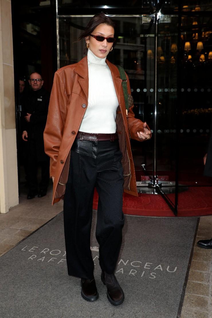 Кожаный пиджак и водолазка: Белла Хадид дает мастер-класс в стиле 90-х - фото №1
