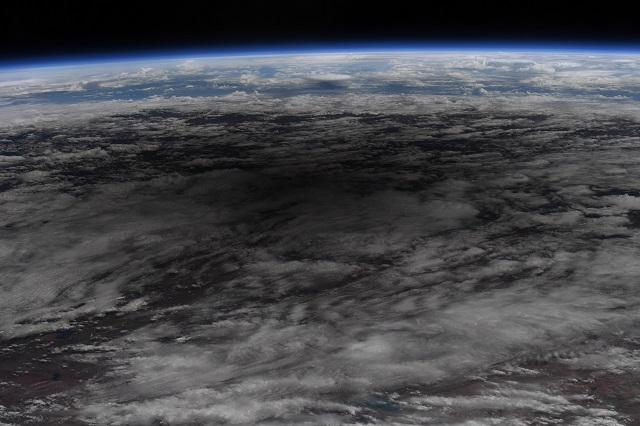 NASA показали удивительные снимки солнечного затмения из космоса - фото №3