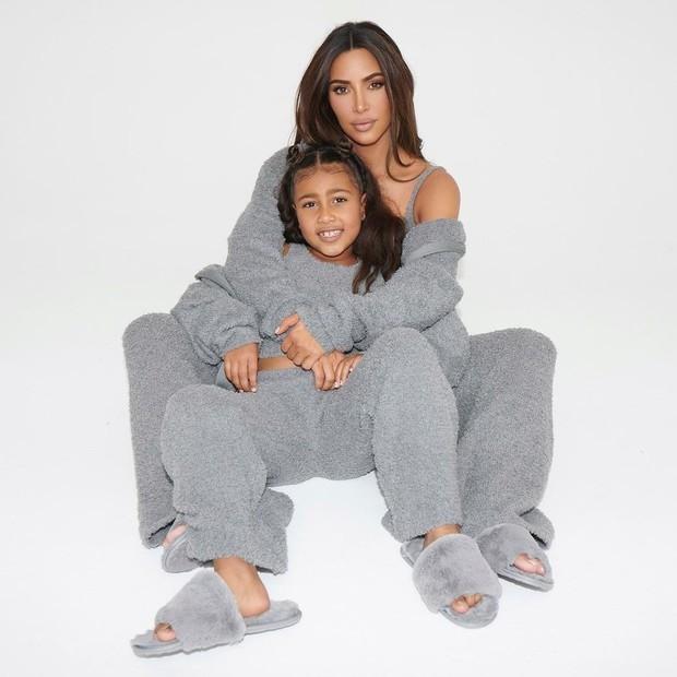 Ким Кардашьян с дочками снялась для своего бренда Skims (ФОТО) - фото №1