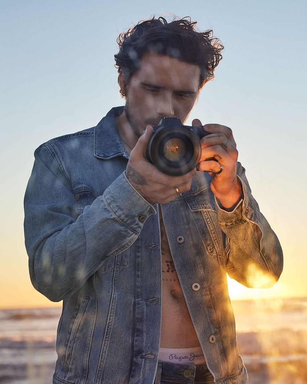 В куртке на голое тело: Бруклин Бекхэм снялся в рекламе Pepe Jeans (ФОТО+ВИДЕО) - фото №1