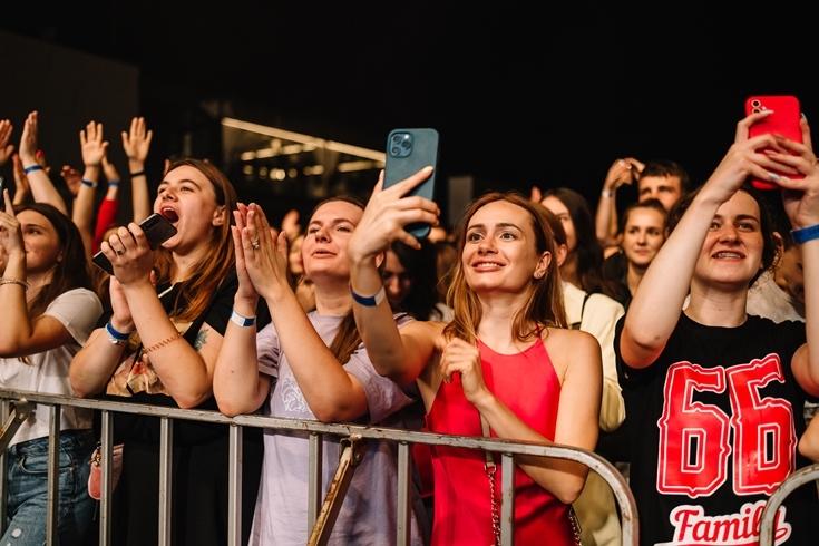 """Настоящий рок-н-ролл: """"Бумбокс"""" зафиналили выступление в Osocor Residence прыжком в воду - фото №2"""