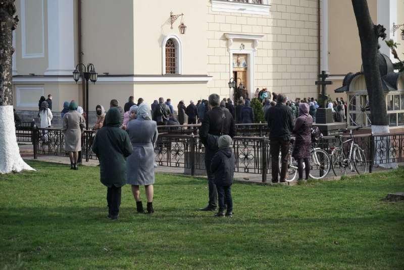 В Черновцах верующие массово идут в храмы, несмотря на ужесточение карантина (ФОТО) - фото №1