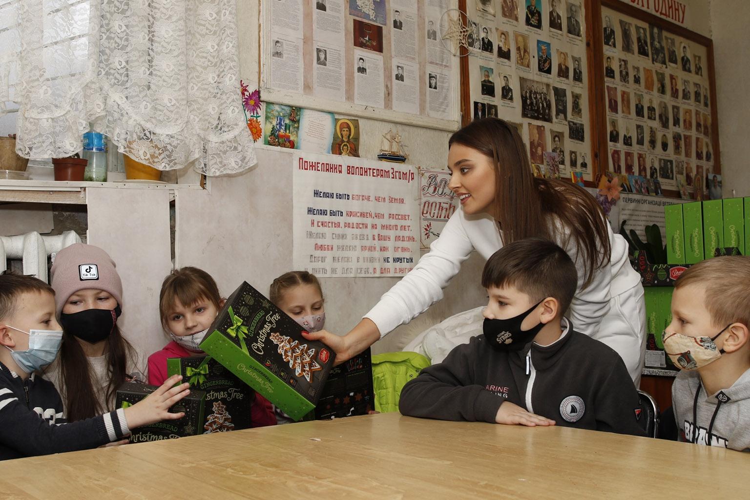Счастливые улыбки и вдохновленные дети: как прошла встреча Вероники Дидусенко с детьми из неполных и многодетных семей (ФОТО) - фото №2