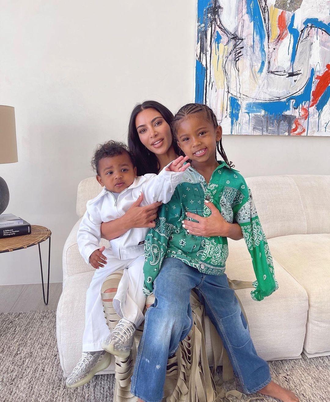 Счастливая мама: Ким Кардашьян поделилась новыми снимками с детьми - фото №2