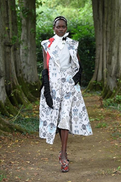 """Неделя моды в Лондоне: Erdem выпустили новую коллекцию по мотивам книги """"Любовница вулкана"""" - фото №5"""