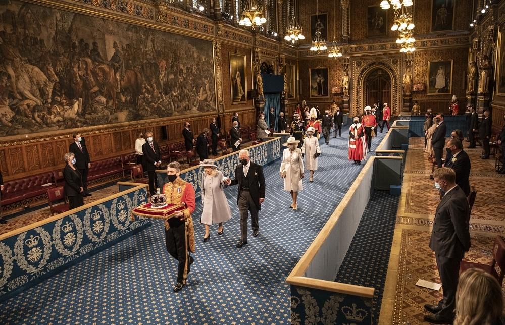 Королева Елизавета II впервые появилась на публике после похорон мужа (ФОТО) - фото №1