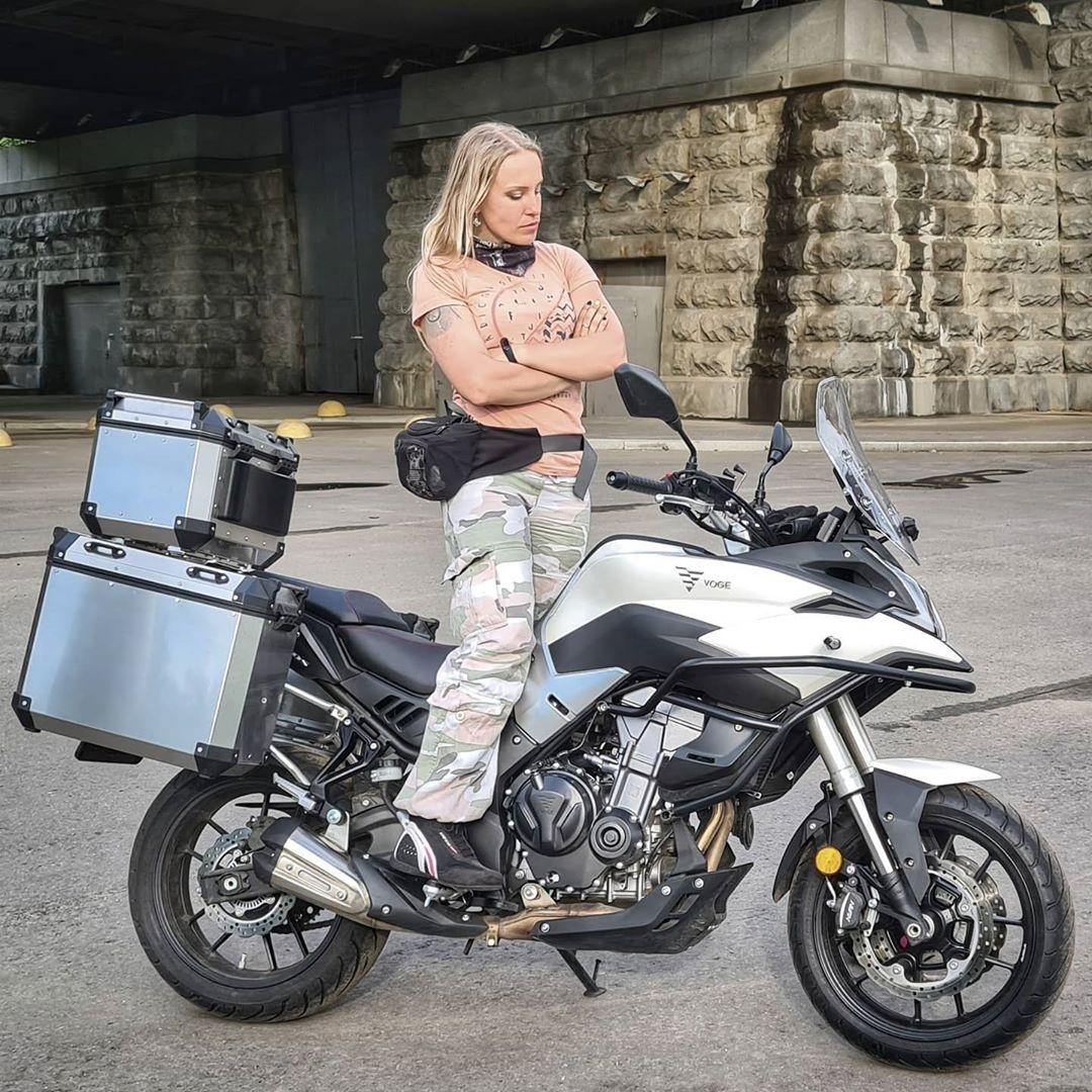 Блогер Ксения Никитина с мотоциклом