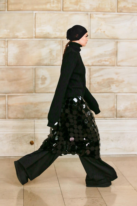 Платье с брюками, сумасшедшие объемы и смелые принты: новая коллекция Marc Jacobs (ФОТО) - фото №3