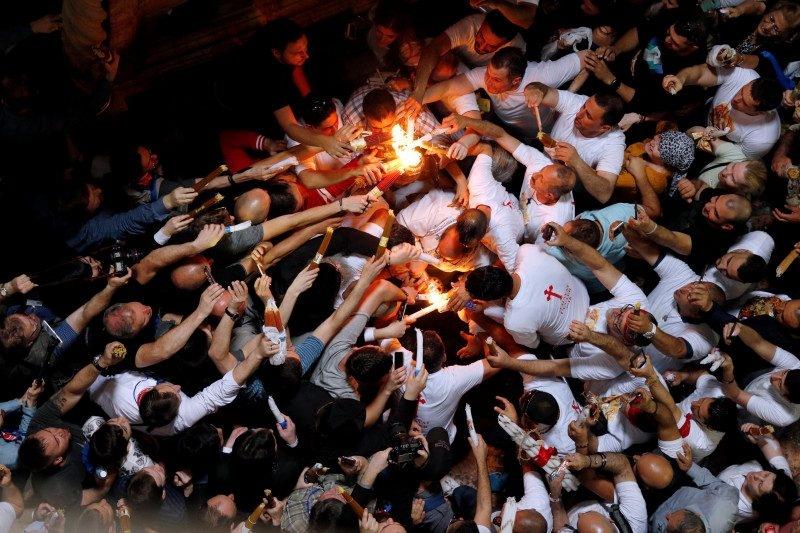 В храме Гроба Господня в Иерусалиме сошел Благодатный огонь - фото №1
