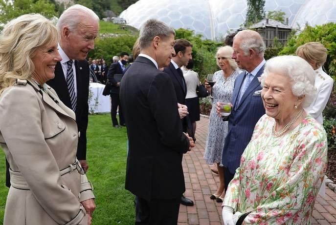 Нарушил протокол: как прошла первая встреча Джо Байдена и королевы Елизаветы II - фото №1
