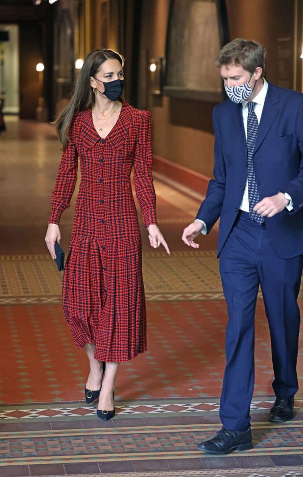 Образ дня: Кейт Миддлтон в клетчатом платье с заниженной талией (ФОТО) - фото №2