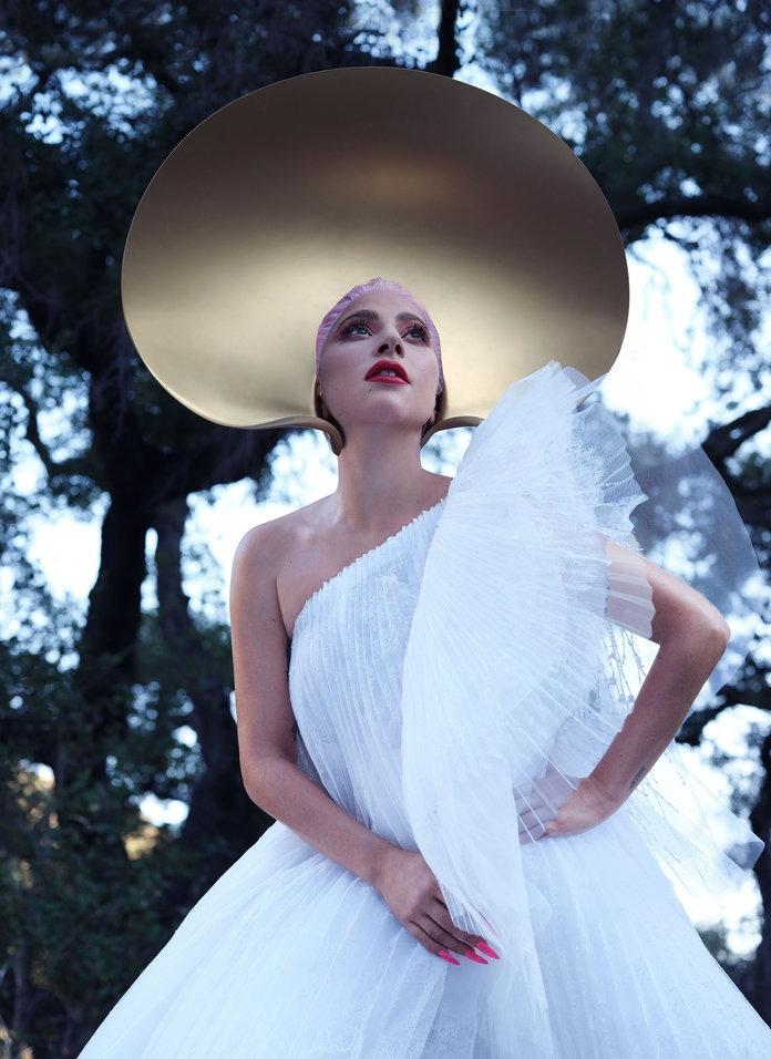 Роскошная Леди Гага снялась в нежной фотосессии для InStyle и призналась, что мечтает о семье (ФОТО) - фото №1