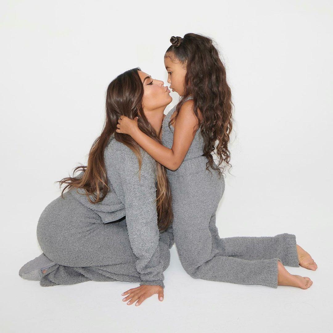 Ким Кардашьян с дочками снялась для своего бренда Skims (ФОТО) - фото №3