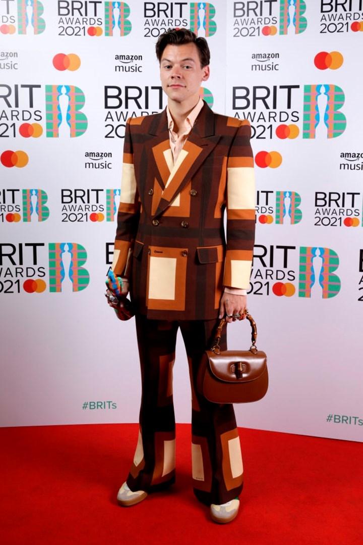 Самые яркие образы звезд на красной дорожке BRIT Awards 2021 (ФОТО) - фото №6