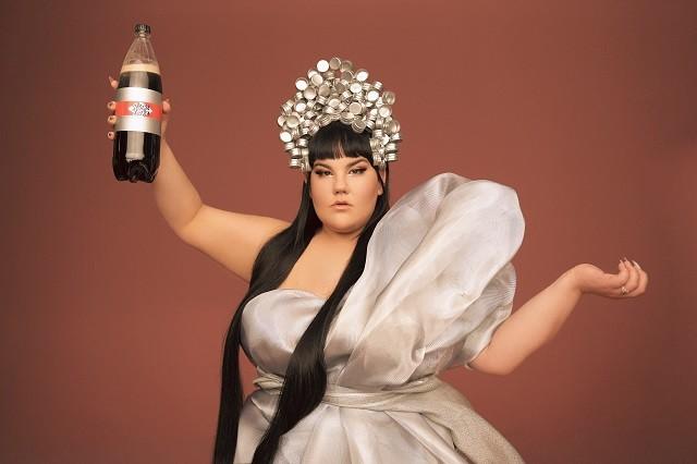Пищевая зависимость и троллинг в новом клипе победительницы Евровидения Netta (ВИДЕО) - фото №4