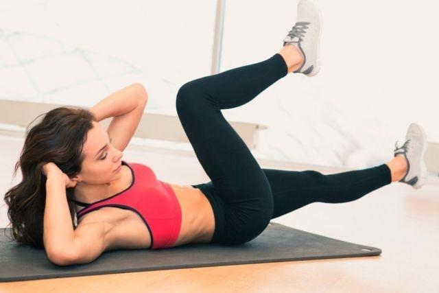 Фитнес дома: ТОП-10 простых упражнений для занятий на диване - фото №7