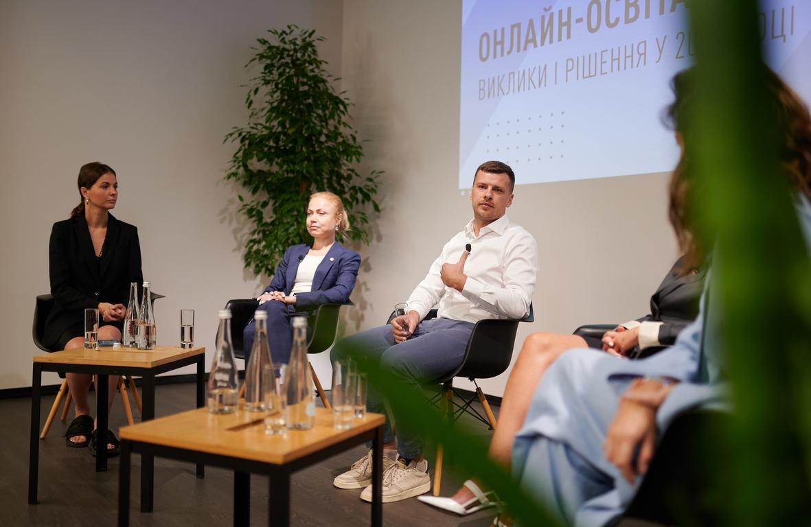 """Володимир Найдюк під час дискусії """"Онлайн-освіта для дітей 2020: виклики і рішення"""""""