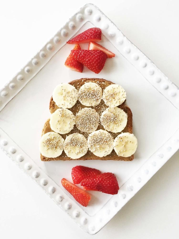 Тост с ореховой пастой, бананом и семенами чиа