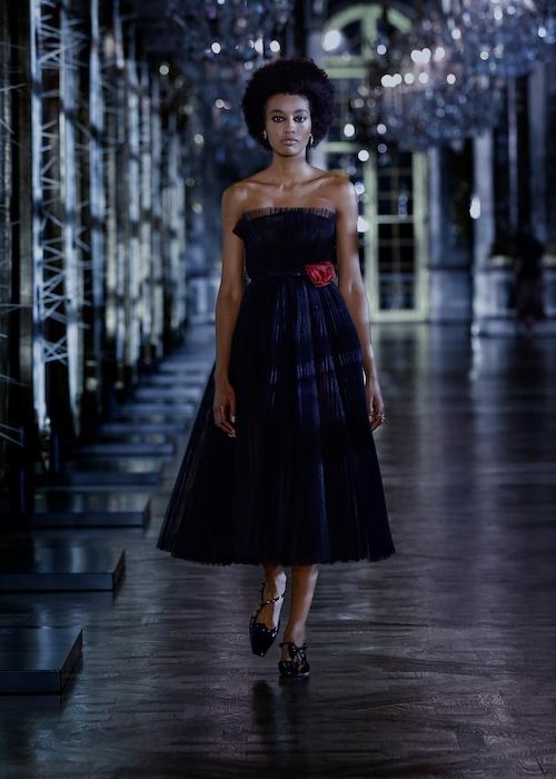 Розы, зеркала и кружевные фартуки: обзор новой коллекции Dior (ФОТО) - фото №1