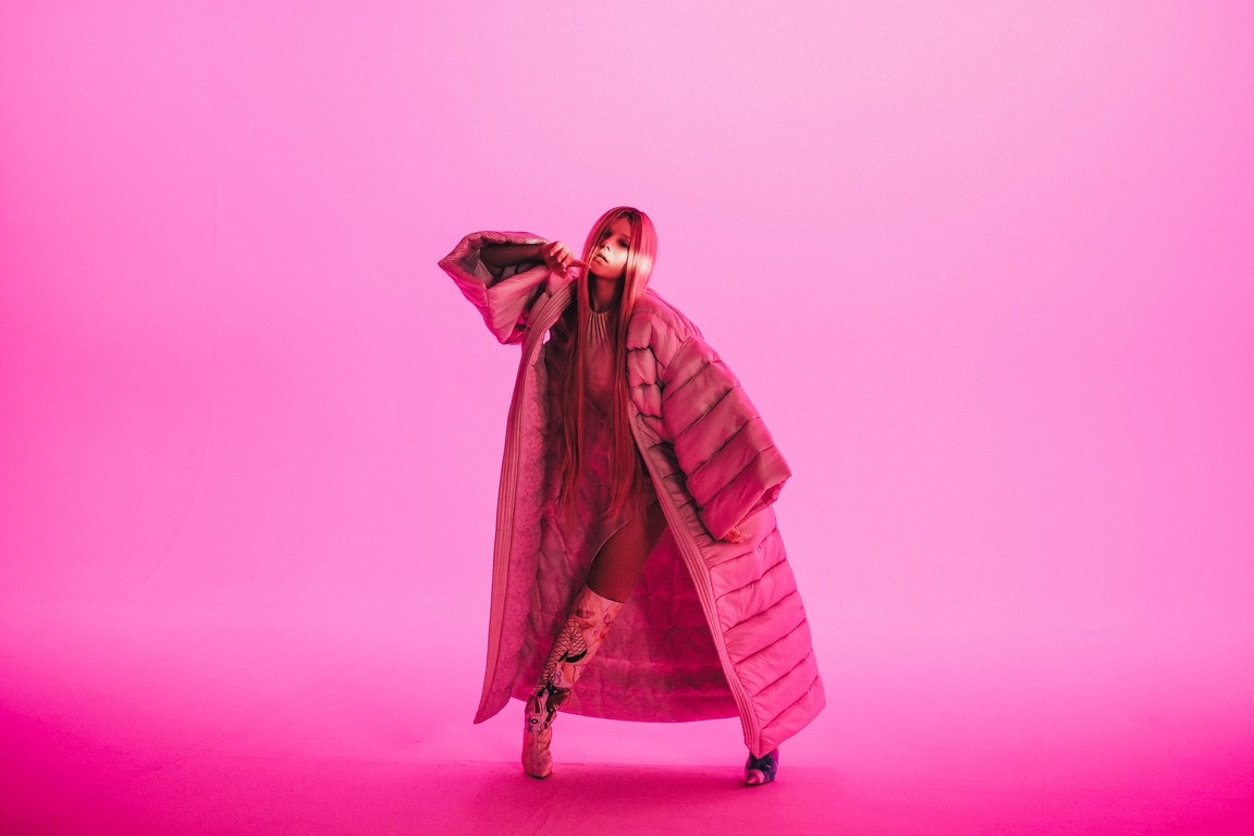 """""""Покохала"""": Uliana Royce презентовала клип, для которого ей пришлось овладеть холодным оружием (ВИДЕО) - фото №3"""