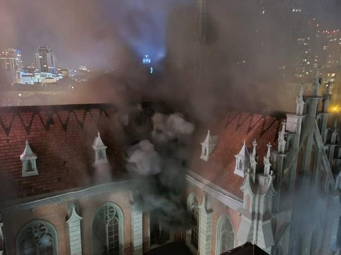 В Киеве горел Костел Святого Николая: подробности - фото №2