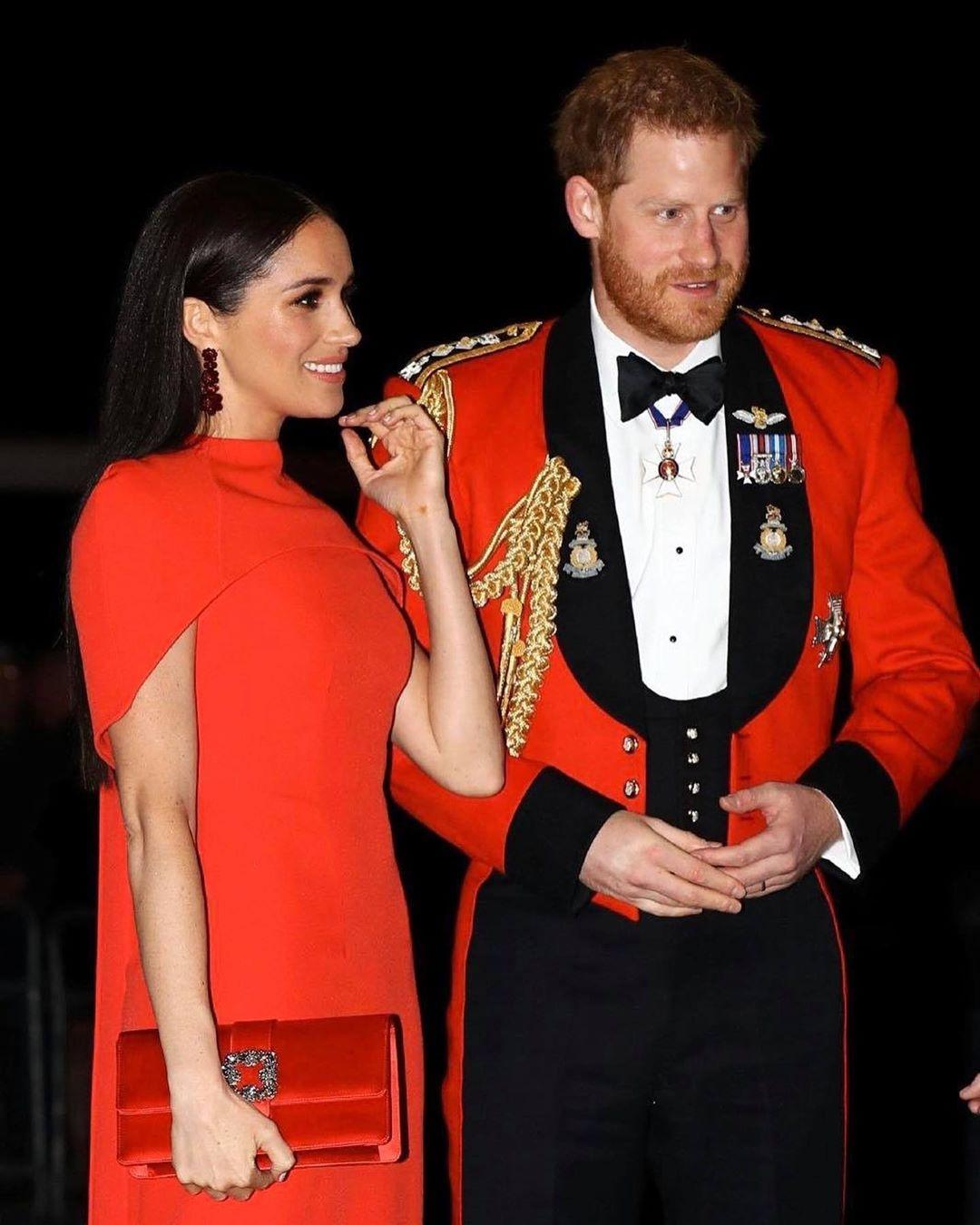 Роскошный выход Меган Маркл и принца Гарри: внук королевы появился в последний раз в качестве генерал-капитана Королевской морской пехоты (ФОТО) - фото №4