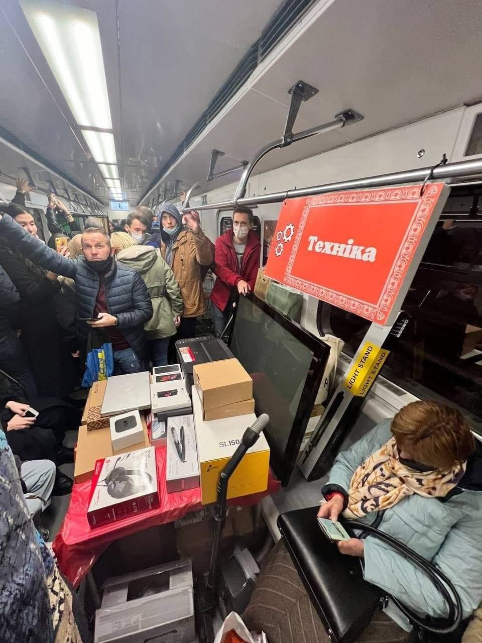 Маникюрный салон, базар и барбершоп: в киевском метро устроили акцию против нелегальной торговли (ФОТО) - фото №2