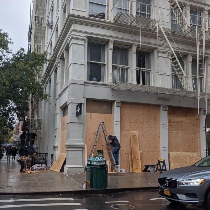 Chanel, Gucci, Dior и другие бутики Нью-Йорка забаррикадировали свои витрины. Они готовятся к протестам (ФОТО) - фото №1
