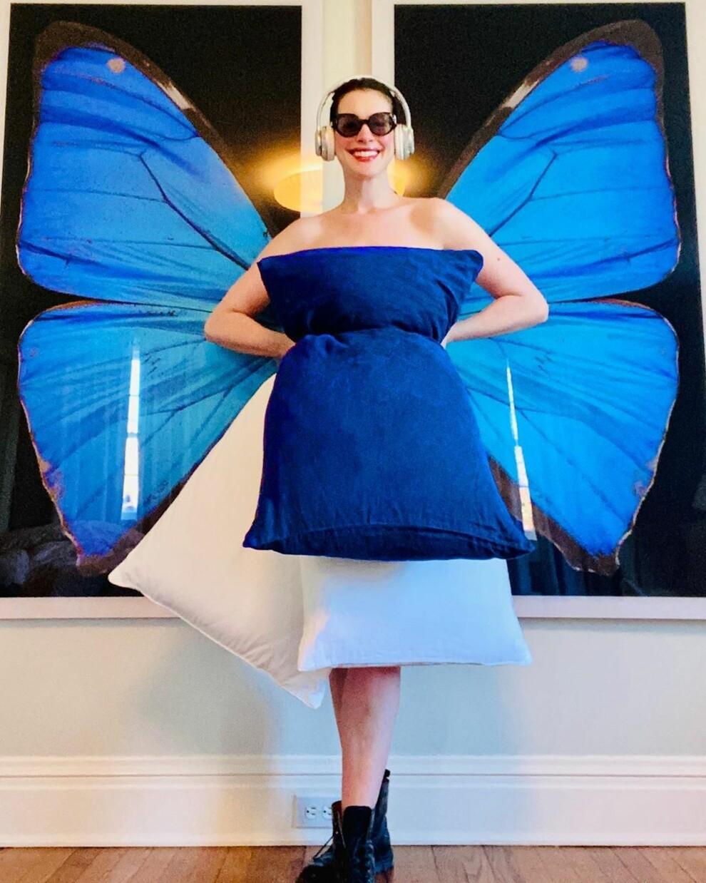 """В платье из подушек: Энн Хэтэуэй повторила культовый образ из фильма """"Дневники принцессы"""" - фото №1"""
