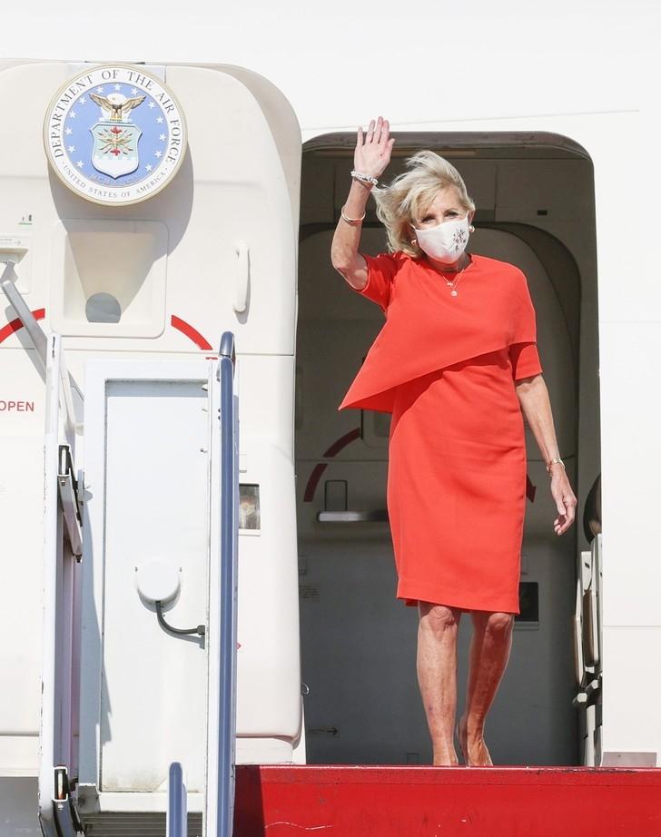 Цветочный принт, горох или смелый красный? Джилл Байден восхитила стильными образами в Японии (ФОТО+ГОЛОСОВАНИЕ) - фото №1