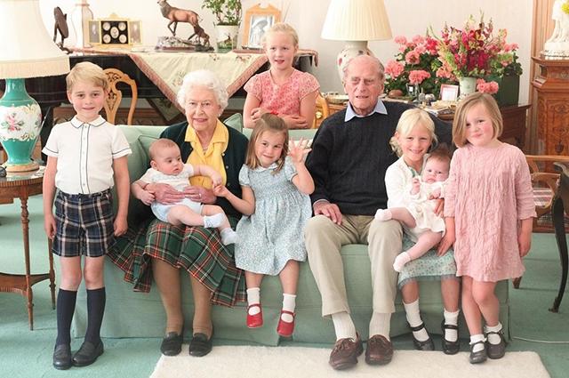 Герцоги Кембриджские показали новые семейные фото с принцем Филиппом - фото №1