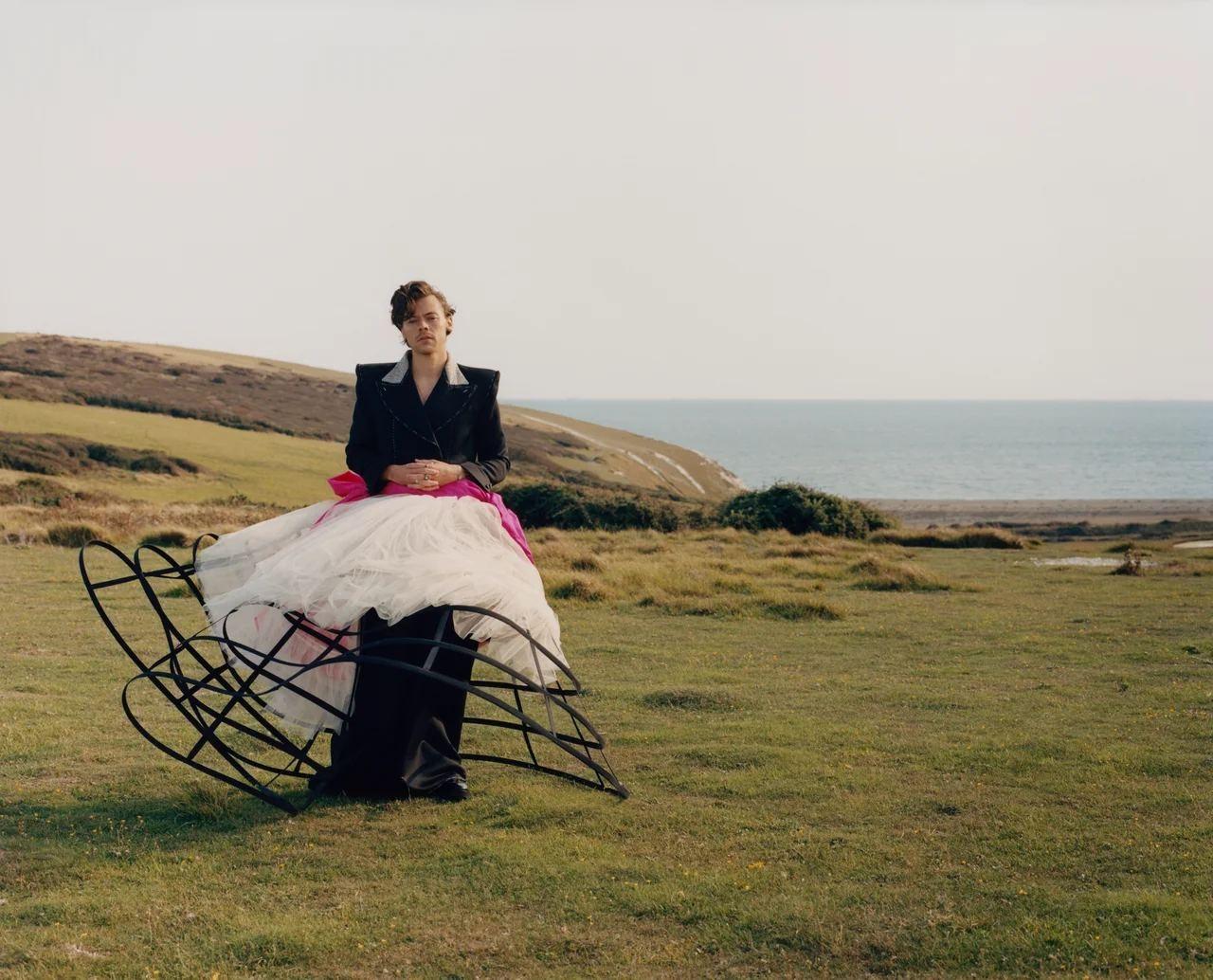 Гарри Стайлс примерил кружевные платья и юбки Gucci для американского Vogue (ФОТО) - фото №5